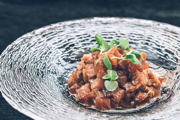 Tartar de ventresca  de atún rojo salvaje con trufa negra de verano y wasabi