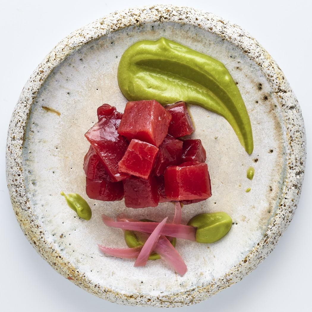 Dados crudos de lomo de atún rojo con gazpacho de aguacate